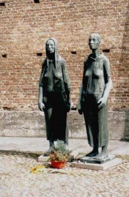 """Monumento intitolato """"Due donne"""" di Will Lammert e Fritz Cremer, Muro delle Nazioni, Ravensbrück"""