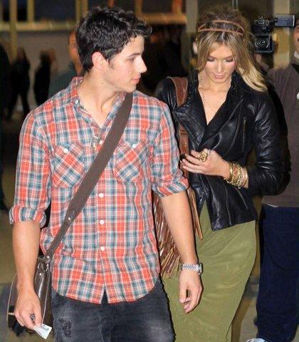 Nick Jonas Delta Goodrem intimidés photographes