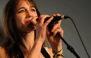 Charlotte Gainsbourg rend hommage Kate Barry Elle