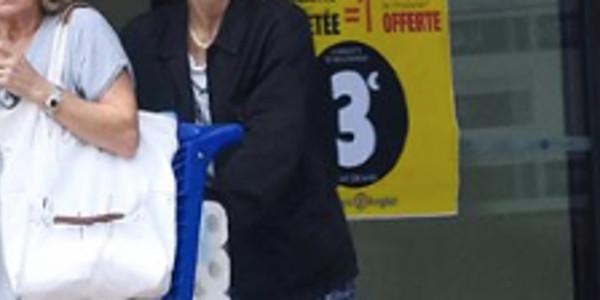 Vanessa Paradis épaule sa mère, toujours en deuil (photo)