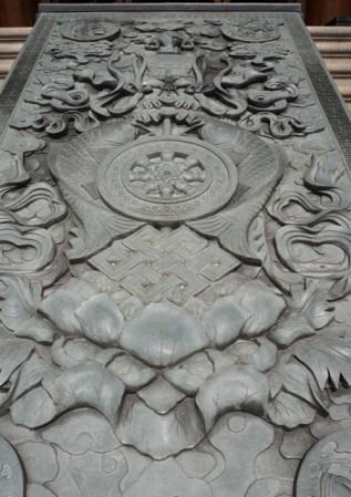 La grande pierre sculptée ornant l'escalier de la salle du grand Bouddha d'argent