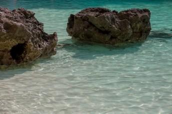 De l'eau, des rochers, du sable...