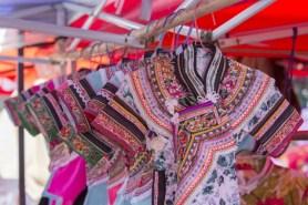 Costumes traditionnels à vendre au marché