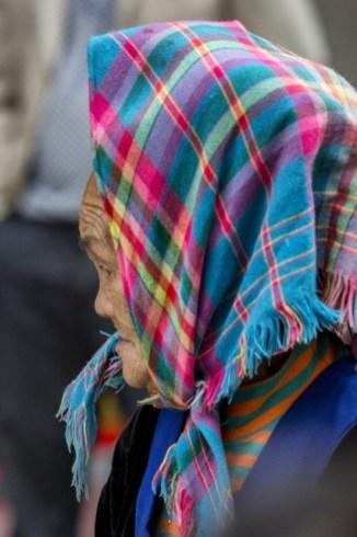 Des fichus colorés, surtout pour les vieilles dames