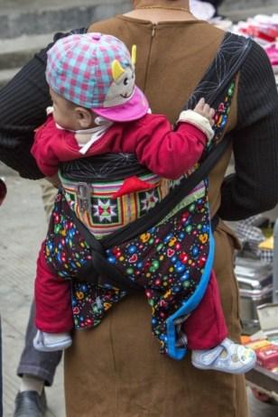 Beaucoup de bébés, tous portés dans le dos
