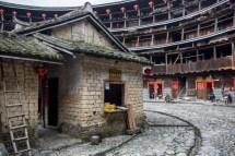 Le tulou de Yuchanglou, on peut voir les poutres de soutènement pencher dangereusement.