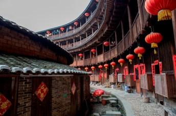 """Vue intérieure du """"king of tulou"""". Le rez-de-chaussée comprend deux cercles concentriques cernant un temple."""