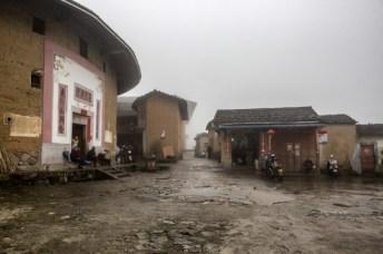 Les tulou de Chuxi dans la brume