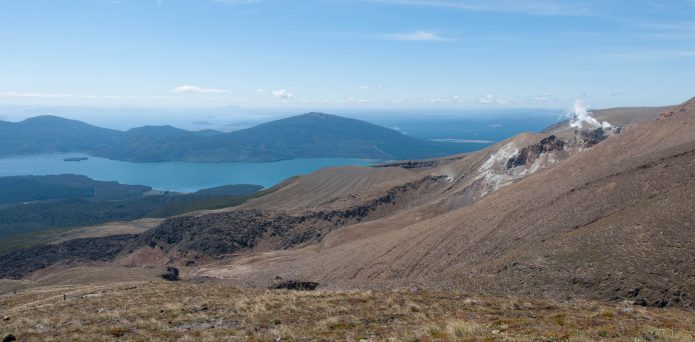 In the distance, lake Taupo - Au loin le lac Taupo