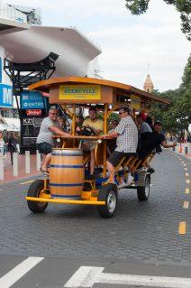 Drinking beer and cycling at the same time, genius ! Boire de la bière et pédaler en même temps, un coup de génie !