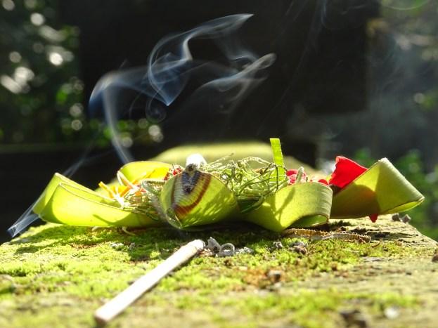 Felajánlás. Bali nem is lenne Bali füstölőillat nélkül.