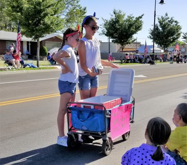 Young entrepreneurs sell good during the parades. | Nicole Kunze