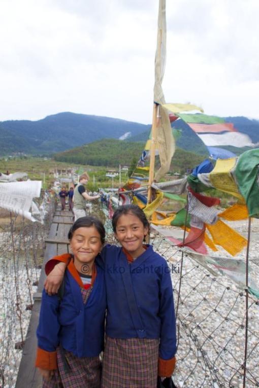 koulutyttöjä sillalla