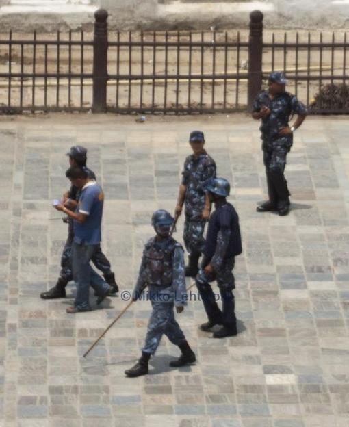 Poliisit valvoivat vieressä