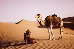 Xiomara Bender: Abidin mit Dromedar auf Düne © Xiomara Bender