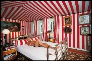 Schlafzimmer (2002) entstand in London, Berlin, Moskau, Rom, New York und Paris. Modedesigner Wolfgang Joop fotografierte Koelbl in Berlin