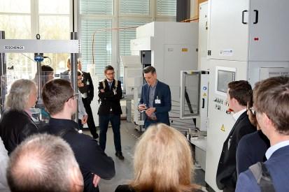 Eine Führung durch die Labore gab Einblick in die Forschungsaktivitäten zum Leichtbau in Landshut. (Quelle: Hochschule Landhut)