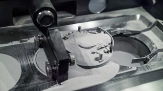 """Bei der Lösung """"Multiplate"""" schiebt das Beschichter-Werkzeug des 3D-Druckers TruPrint 1000 die Substratplatte nach dem Druck in den Überlaufbehälter. (Quelle: Trumpf)"""