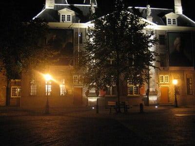 Luisteren naar spannende misdadige winterverhalen Leiden