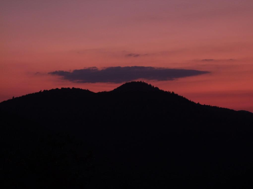 Roter Himmel vor Bergen