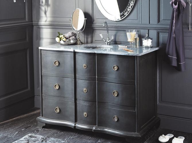 meuble ancien dans la salle de bains