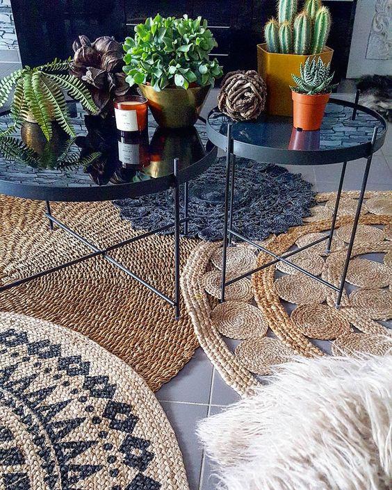 tapis sous une table basse