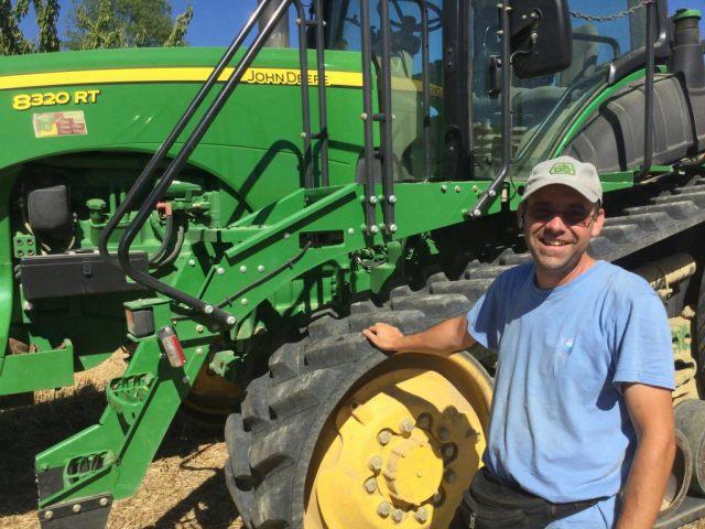 Cyrille, utilisateur de WeFarmUp, met à disposition son tracteur à chenilles. - ©WeFarmUp