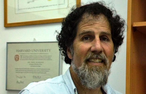 Le rabbin Arik Ascherman attaqué au couteau par un colon sioniste parce qu'il aide les Palestiniens !