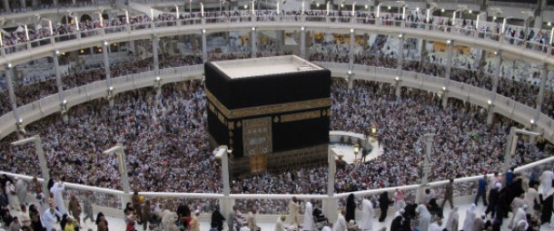 Muslim pilgrims pray around the holy Kaaba during their final circling at the Grand Mosque during the annual hajj pilgrimage for this year in Mecca October 6, 2014. REUTERS/Muhammad Hamed (SAUDI ARABIA - Tags: RELIGION)