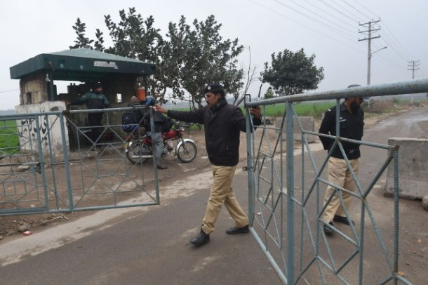policiers-menent-garde-pres-prison_pakistan
