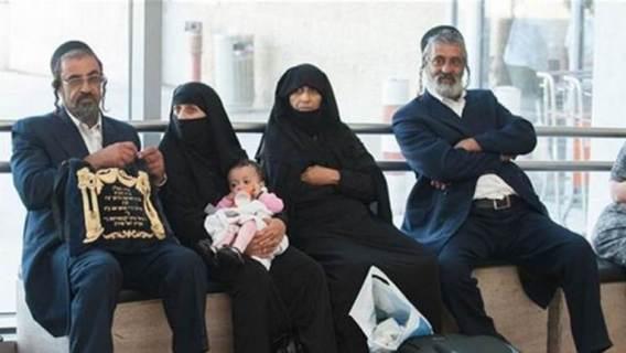 deux-couples-juifs-femmes-portent-frumka-aeroport