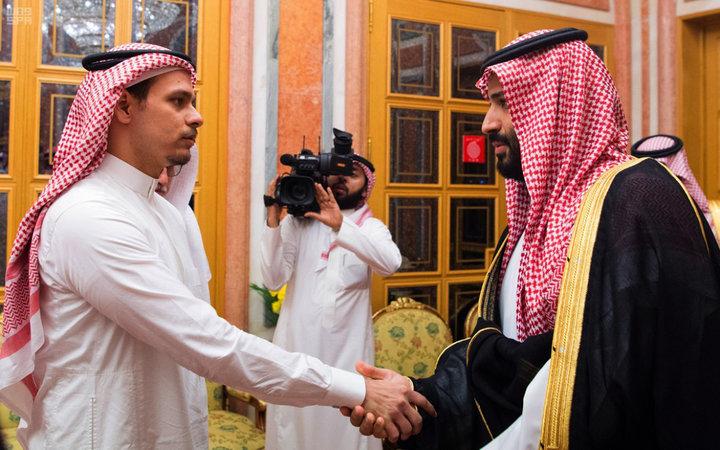 La glaçante poignée de main entre MBS et le fils de Jamal Khashoggi