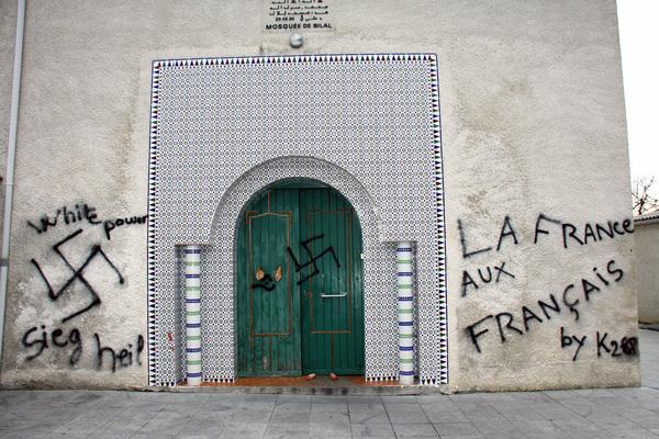 Des croix gammées peintes sur une mosquée en construction !