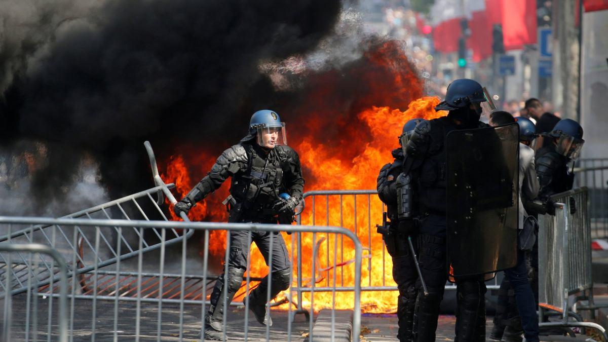 Violences policières : « J'ai vu des enfants gazés sur les Champs-Élysées la semaine dernière »
