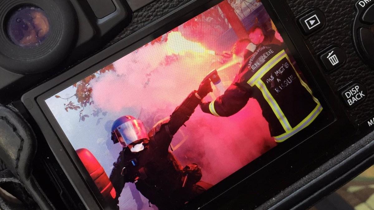 Manifestation de pompiers à Paris : les forces de l'ordre font usage de canons à eau et de gaz lacrymogènes pour disperser le cortège