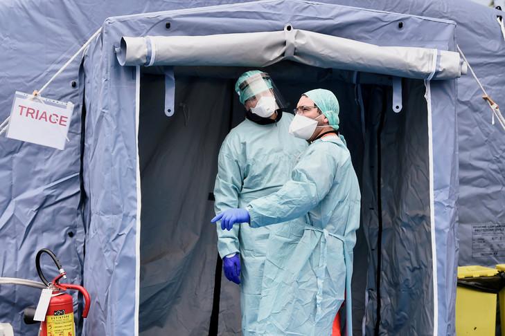 Coronavirus : l'Italie, sous-équipée face à la crise sanitaire, doit choisir qui doit survivre !