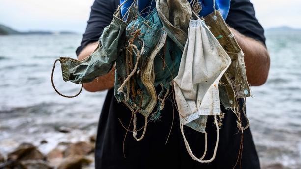 Pollution : des gants et des masques dans sept grands fleuves européens