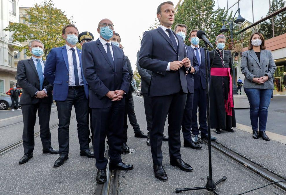 Emmanuel Macron accusé d'avoir diffusé de « fausses nouvelles » sur les filles musulmanes