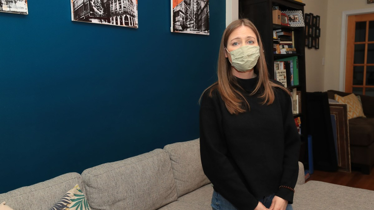 Tyrannie : une serveuse de New York licenciée pour avoir attendu de prendre le vaccin anti covid19 en raison de problèmes de grossesse
