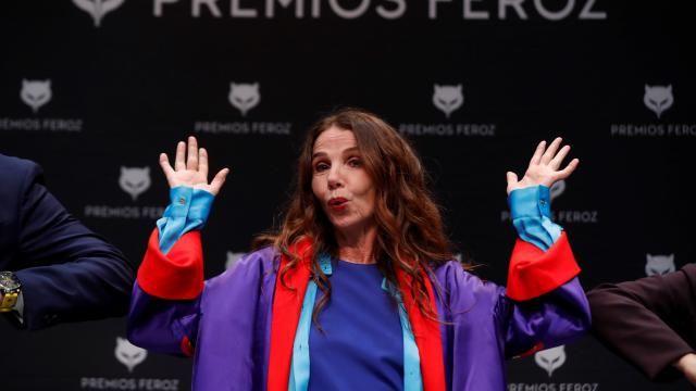 """Victoria Abril dénonce l'arnaque de la """"pandémie"""" et les vaccins en pleine conférence de presse"""