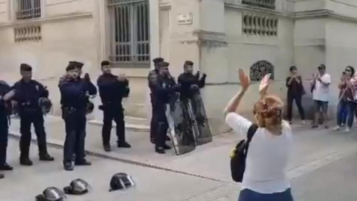 Quand les CRS se mettent à applaudir le personnel soignant durant la manifestation (2020)