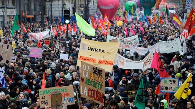 Le comptage des manifestants selon Macron et BFMTV