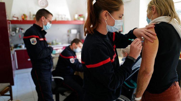 Covid-19 : 7 syndicats de sapeurs-pompiers expriment leur opposition à l'obligation vaccinale
