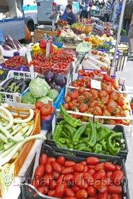 Grönsaker och frukt i mängder på marknaden i Vallecrosia
