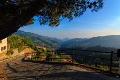 Solnedgång bergsby Italien