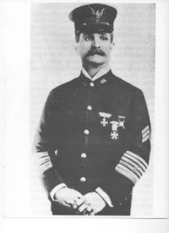 John Martin nella divisa di Sgt. maggiore nel 1904