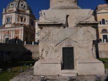 Fori Imperiali: Colonna Traiana, basamento