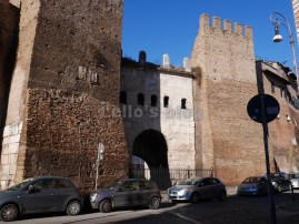Porta Tiburtina: Stemmi cardinalizi sulla torre di sinistra