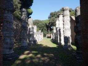 I Porti Imperiali: resti del portico di Claudio con le colonnacce