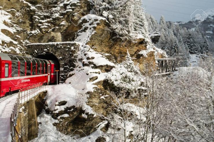 Source : https://www.shutterstock.com/image-photo/poschiavo-switzerland-january-2018-train-bernina-1040086993